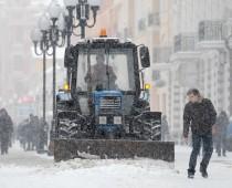 В Москве устраняют последствия обильного снегопада