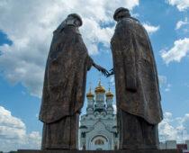 Под Воронежем установили один из самых масштабных в России памятников святым Петру и Февронии