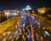 Более 10 тысяч человек приняли участие в ночном велопараде в Москве