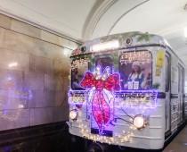 В Московском метро начал курсировать новогодний поезд