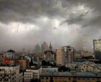 МЧС предупреждает о грозе с сильным ветром в Москве предстоящей ночью