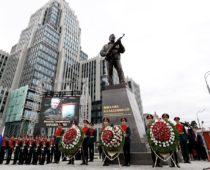 В центре Москвы открыли памятник Михаилу Калашникову