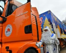 Главную новогоднюю ель России доставили в Московский Кремль