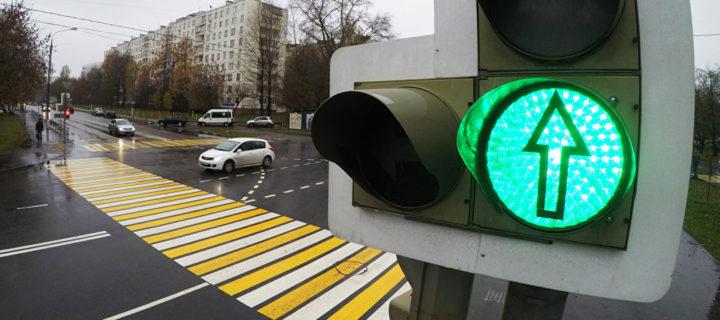 Режим работы светофоров изменили на 186 пешеходных переходах Москвы