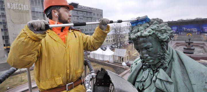 Памятники Пушкину и Гагарину отмоют в Москве
