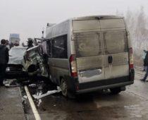 Пять человек погибли в столкновении микроавтобуса и фуры под Воронежем