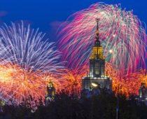 10 тысяч фейерверков озарили небо Москвы в честь Дня защитника Отечества