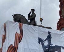 На Манежной площади установили новый памятник Жукову